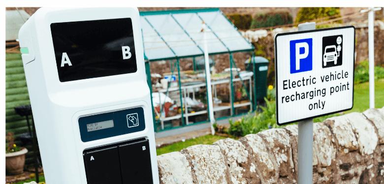 panneaux solaires et borne de recharge